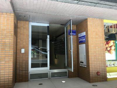 正面玄関からエレベーターで2Fへ!